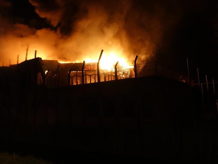 Uitslaande brand bij sportcomplex 't Lood in Alkmaar [video]