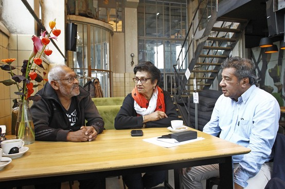 'Er zijn doden en gewonden gevallen na een zware aardbeving, er is hulp nodig'; Molukkers in Huizen zijn bezorgd over familieleden en komen in actie