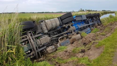 Vrachtwagen te water in Obdam
