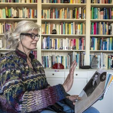 Zeer slechtziende Lidwien kan met pratende bril zelf leuke kleren kiezen, de bus pakken en vakliteratuur lezen [video]