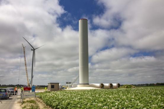 Windpark Wieringermeer krijgt een gezicht. De eerste van de 99 turbines staat er