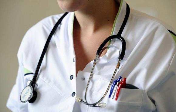 Huisarts uit Breezand behandelde patiënt onterecht voor spierreuma en zag longontsteking over het hoofd; medisch tuchtcollege geeft een berisping