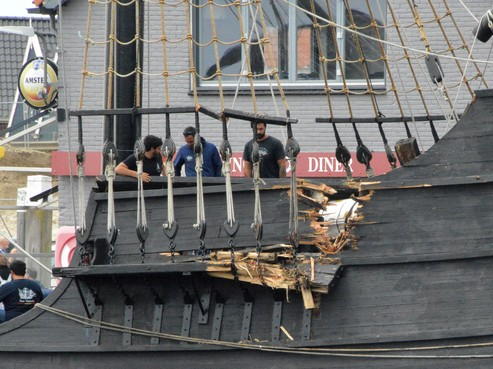 Tallships botsen in haven Oudeschild