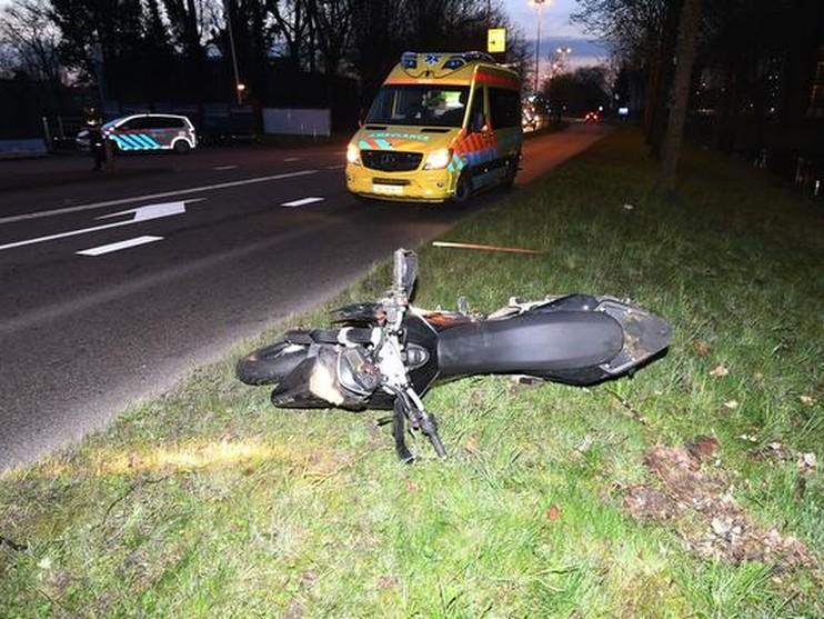 Motorrijder botst tegen busje en vliegt over de kop in Leiden