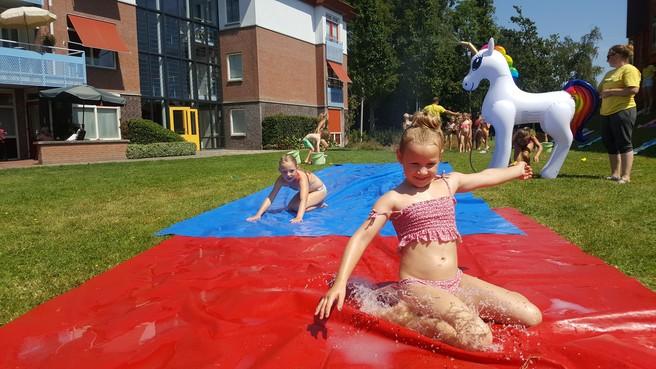 Kindervakantiespelen Wervershoof: Buikschuifbanen en waterballongevechten