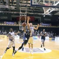 Daviyon Draper gaat naar de basket. Veel kreeg ZZ Leiden zondag niet gedaan onder de borden.