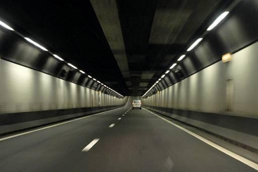 Verwarde Beverwijker (22) loopt bij Velsertunnel, tunnel uur lang afgesloten