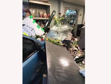 88-jarige vrouw rijdt bloemist binnen in Bennebroek