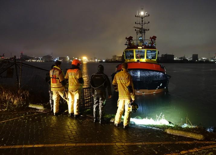 Zoekactie naar auto in water in Zaandam, bestuurder onderkoeld naar ziekenhuis