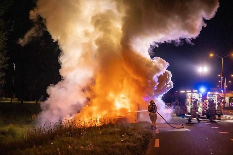Brandende auto crasht na politieachtervolging op A1 bij Eembrugge [video]