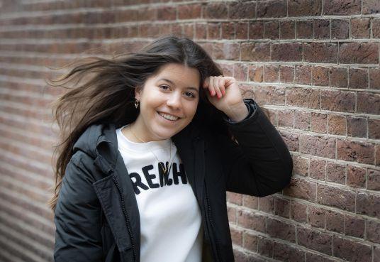 Leerling Stedelijk Gymnasium Haarlem dringt door tot finale Franstalige liedjeswedstrijd [video]