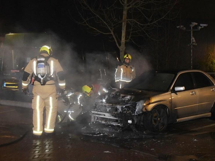 Auto vliegt in brand in Wassenaar