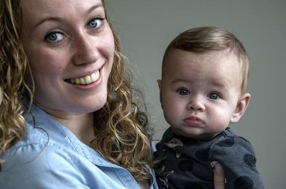 Alkmaarse Danyk na bevalling van ene arts naar andere: 'Pas na zes weken kon ik echt genieten van mijn eerste kindje'