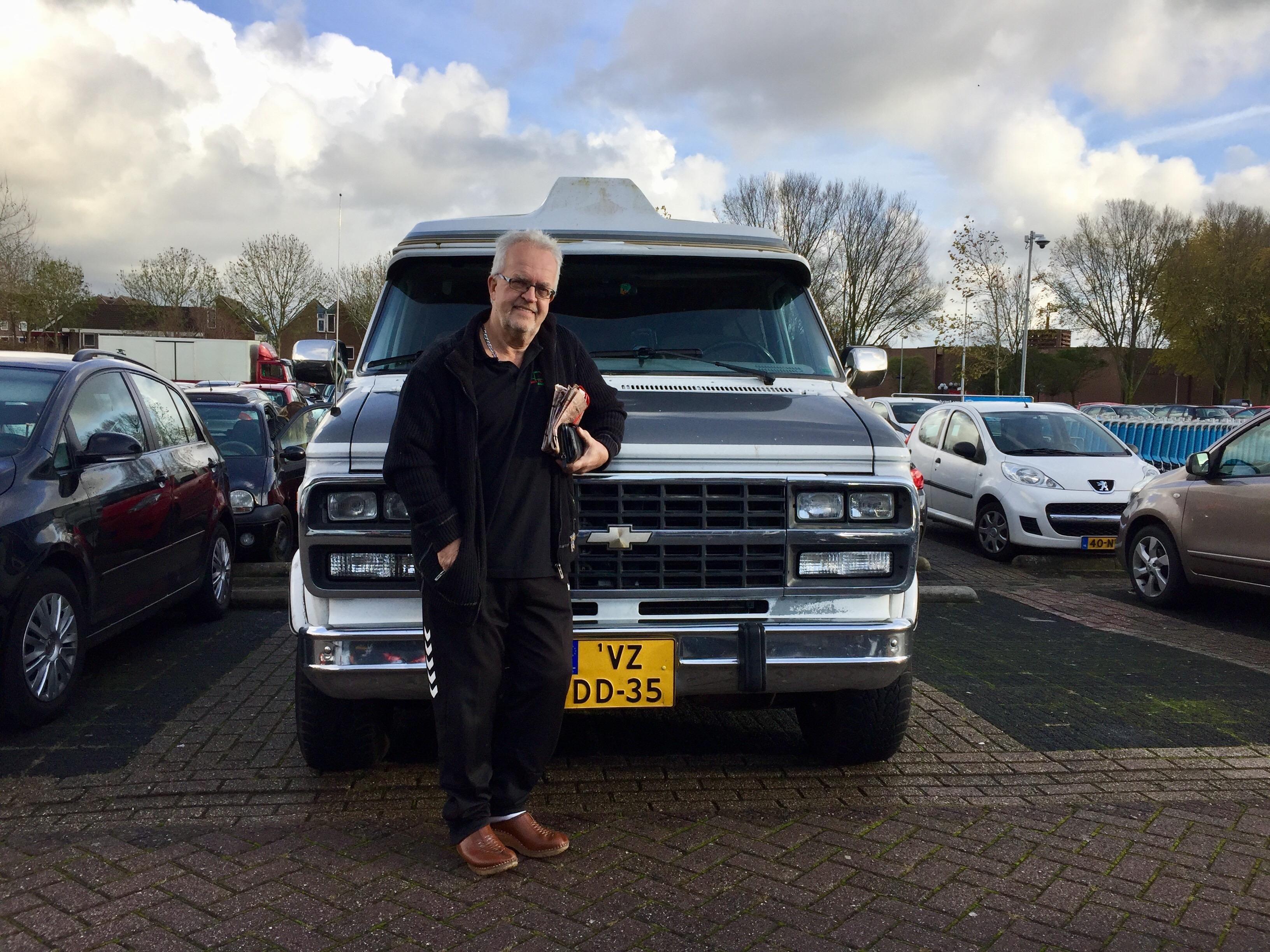 Onderweg: Kees Volkers (68) uit Sint Pancras is al vijftig jaar vrachtwagenchauffeur en rijdt nog steeds fluitend over de internationale wegen - Noordhollands Dagblad
