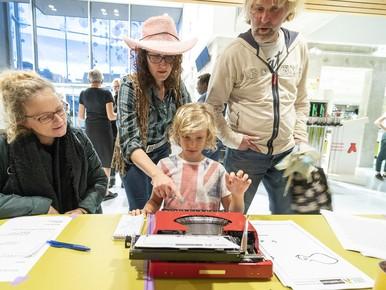 Een tour de force voor jongeren: een gedicht schrijven op een oude typemachine.