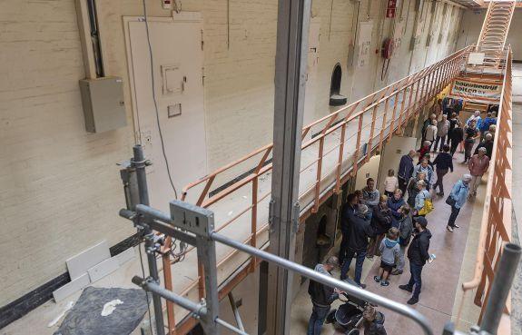 Open dag voormalige gevangenis Schutterswei in Alkmaar: 'bedevaart' naar de cel van Holleeder [video]