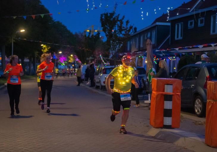 Shirts met lichtjes tijdens spectaculaire Damloop by night [video]