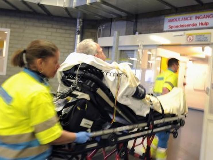Een patiënt komt aan op een afdeling voor spoedeisende hulp.