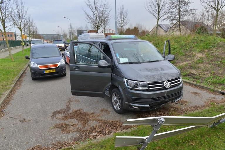 Marechaussee-auto beschadigd bij achtervolging taxi-busje op N201
