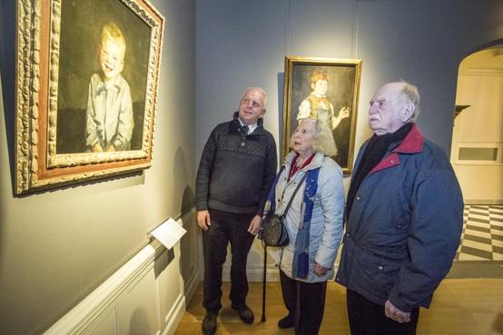 Weerzien van familieleden met lachende Jopie in Frans Halsmuseum Haarlem