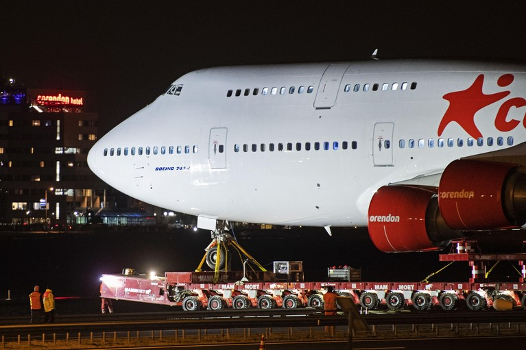 Vliegtuig probleemloos in tuin hotel geparkeerd