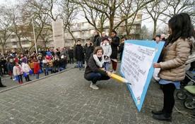 Kinderboekenschrijfster Maren Stoffels tijdens de officiele ingehuldiging als 'De Schoolschrijver' op basisschool De Vier Windstreken in Banne-Noord.  Foto: Johan Koopmans