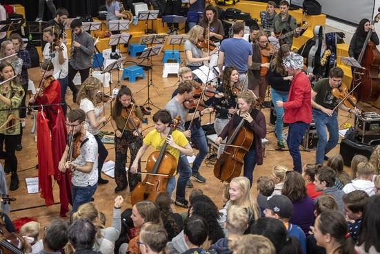 Ricciotti Ensemble zorgt voor 'beetje chaos' in Hoofddorps Kaj Munk College