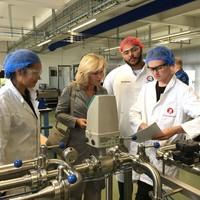 Caline Castricum, demissionair minister Jet Bussemaker, Dani Alkurdi, Mika Stoop tijdens het werkbezoek aan het ROC.