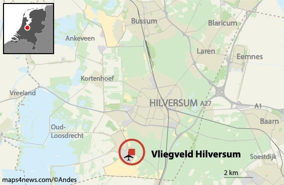 Klein vliegtuig belandt in een boom bij vliegveld Hilversum [video]