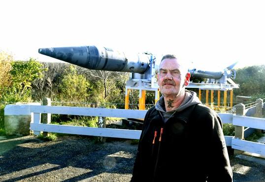 En dan komt er ook nog een straaljager op de bunker in Den Helder