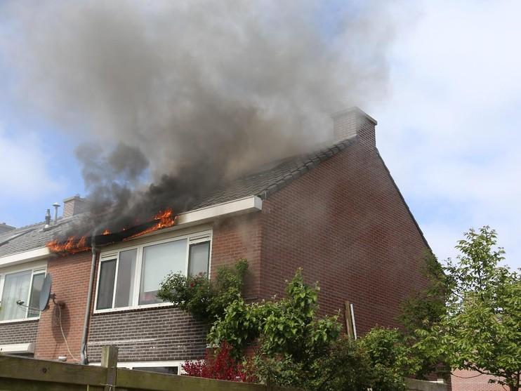Felle brand op dak van woning in Voorhout