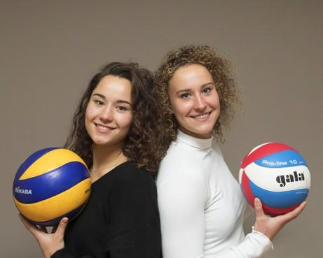 Hun teamgenootjes bij landskampioen Sliedrecht worden wel eens gek van herenigde Huizense volleybalzusjes Ana en Emma Rekar: 'We zijn 'nogal' aanwezig in de kleedkamer'