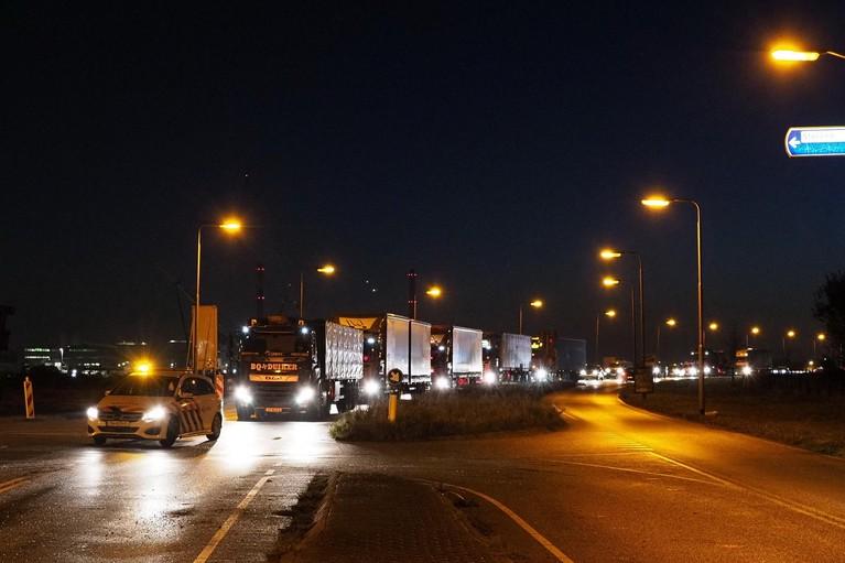 Auto zwaar beschadigd bij aanrijding met zandwagen in IJmuiden