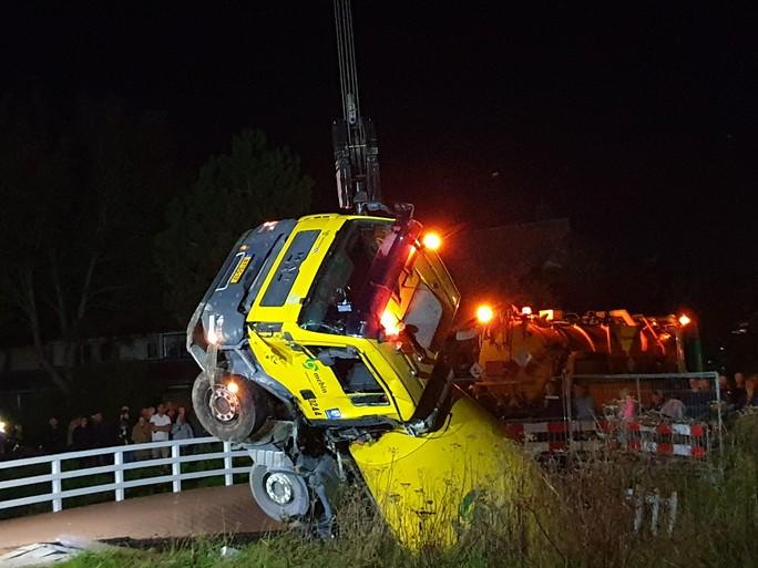 Veel te zware betonwagen zakt door houten bruggetje in Heerhugowaard [update]