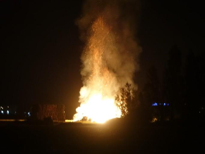 Grote stapel hooibalen in brand aan Boekelermeer in Alkmaar; verkeer op A9 gewaarschuwd voor rook [video]