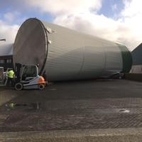 De 50 ton wegende opslagtank werd door de storm omver getrokken en viel net niet op het aangrenzende kantoorgebouw van de firma Oostwouder.