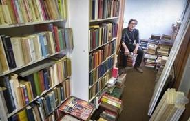 Ysbrand van der Molen tussen een deel van de resterende boeken.