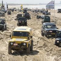 Het strand van Katwijk was zaterdag het podium voor honderden terreinwagens met vierwielaandrijving, tijdens het 4x4 Beach.
