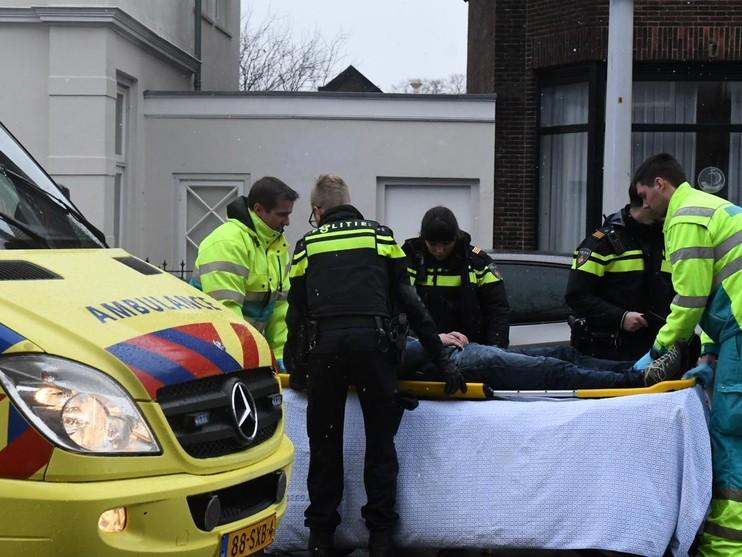 Man geschept op de Hoge Rijndijk in Leiden