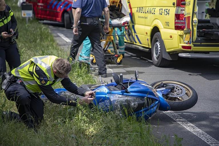 Motorrijder gewond na lange schuiver in Overveen