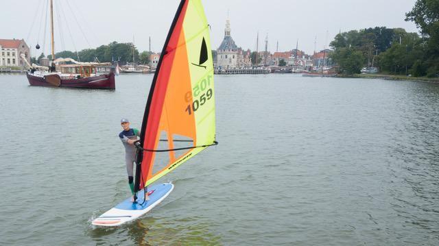 EK surfen op 'logge planken': surfen zoals surfen bedoeld was