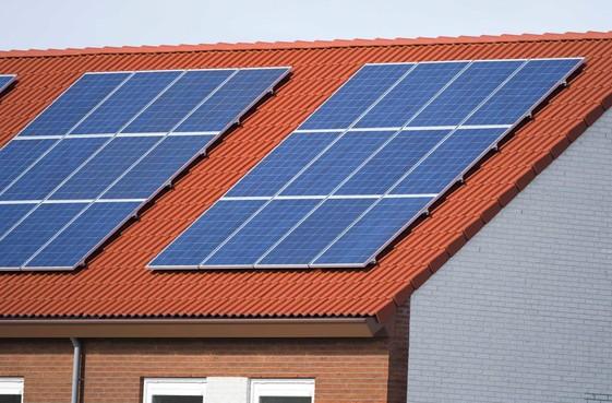 Zonepanelen op dak bij 38 woningen Meerweidenlaan in Velsen-Noord