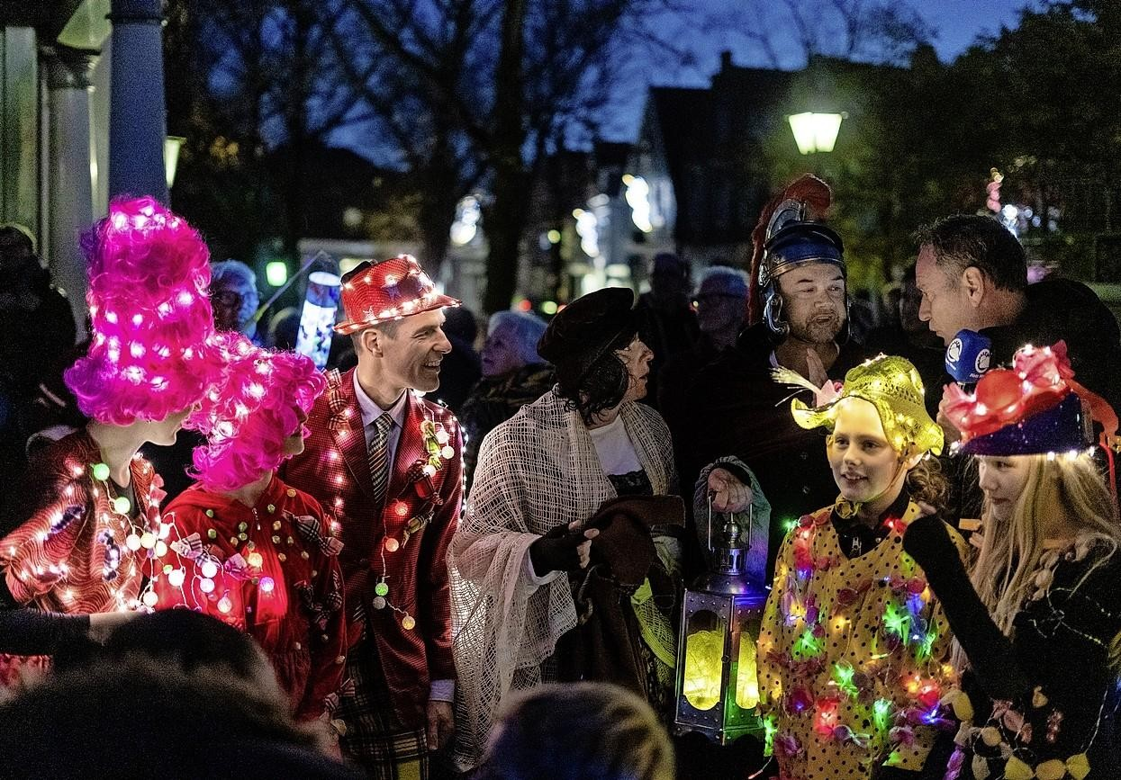 Verlichte engelen op stelten, een dweilorkest en glühwein: Sint Maarten wordt nóg groter spektakel in Edam - Noordhollands Dagblad