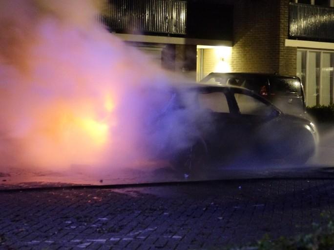 Auto gaat in vlammen op in Alkmaar