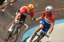 Niki Terpstra (rechts) en ploegmaat Raymond Kreder tijdens een handaflossing. © Richard Mouw