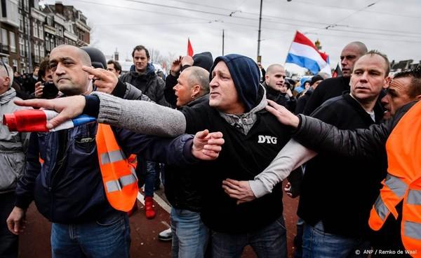 Pegida demonstreert voor stadhuis Eindhoven