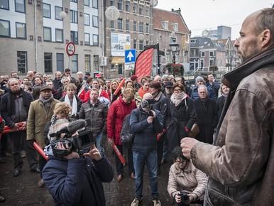 Actie van de journalisten van Holland Media Combinatie op de Voordam voor het kantoor van de Alkmaarse Courant. Hier spreekt Thomas Bruning van de NVJ de journalisten toe.
