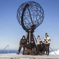 De avonturiers bij het monument op de Noordkaap.