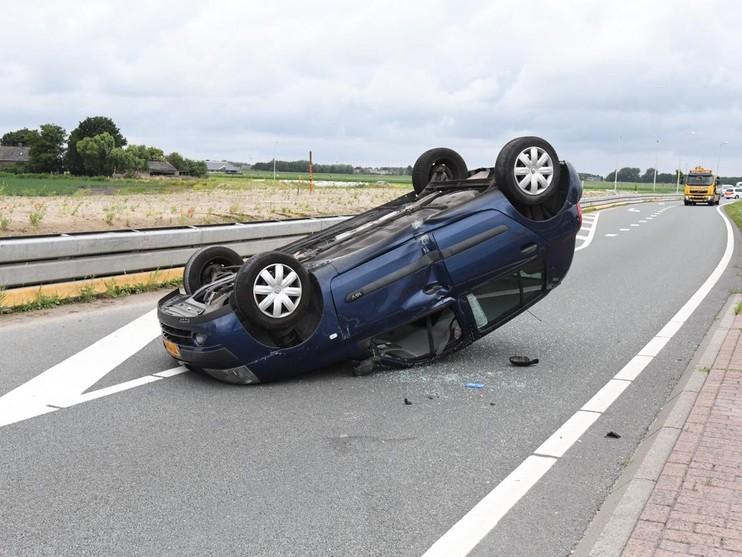 Auto belandt op zijn kop bij eenzijdig ongeval op N207 Leimuiden