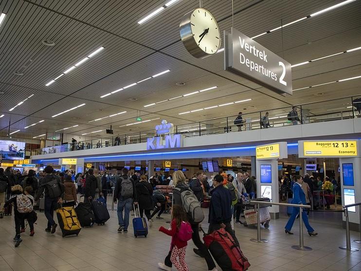 Chaos op Schiphol na storing bij inchecken, verkeer en treinen komen langzaam weer op gang [update, video]